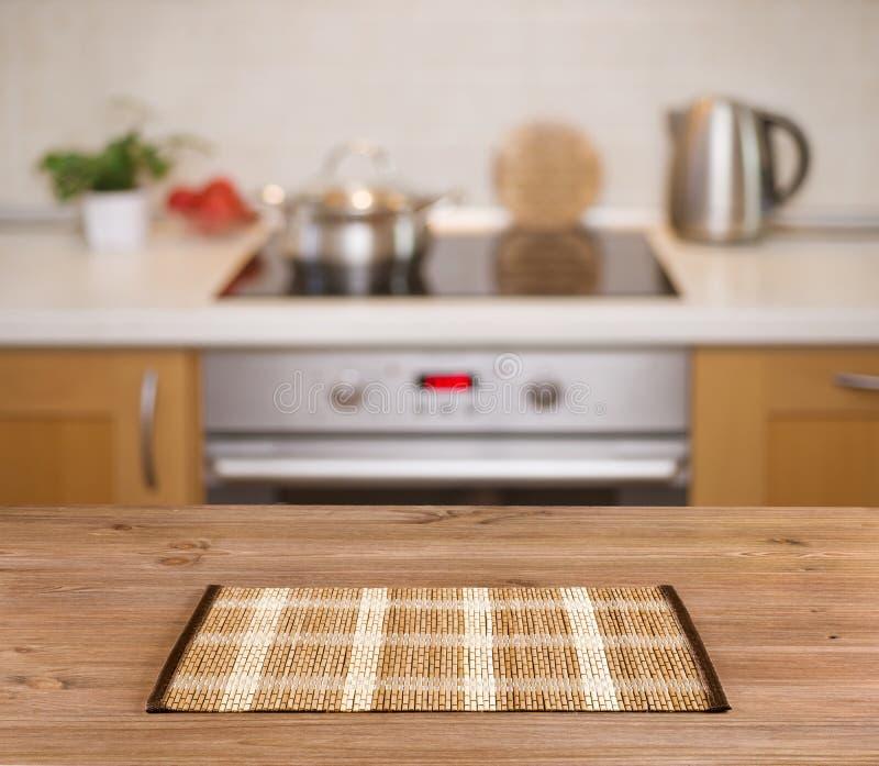 在defocused厨房长凳背景的木桌 库存图片
