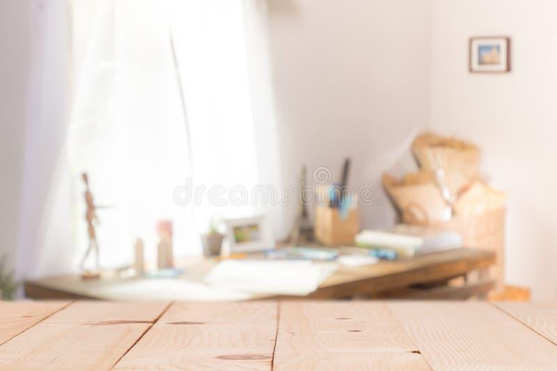 在defocused帷幕窗口和文具箱子的木桌与 免版税库存照片