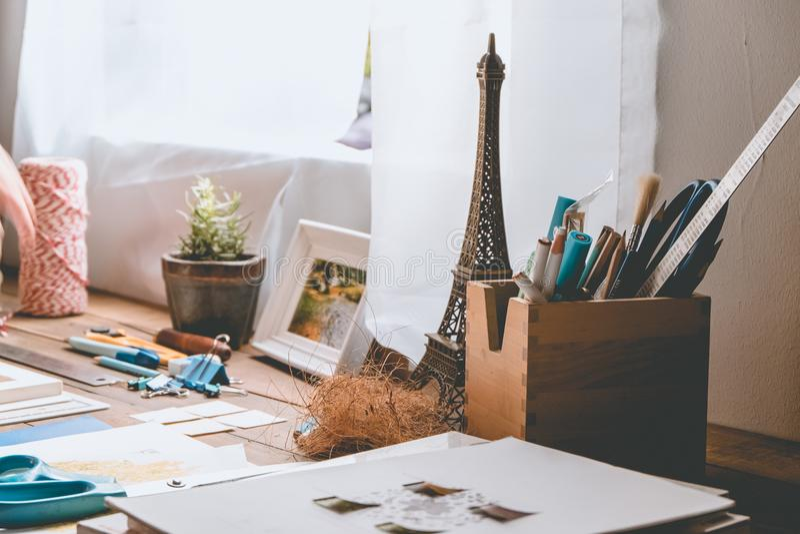 在defocused的木桌与固定式 免版税图库摄影