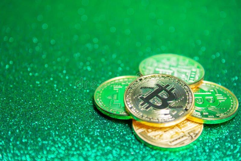在defocused绿色闪烁背景的Bitcoin 图库摄影