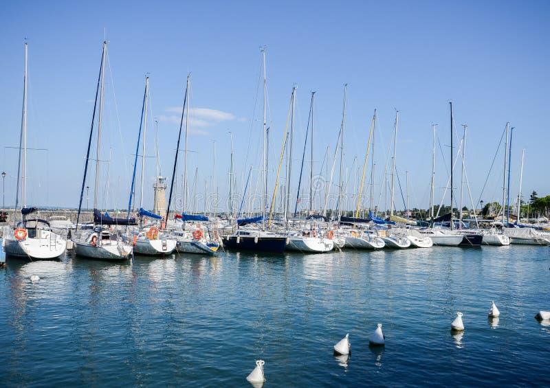 在Desenzano的码头加尔达湖的在一个晴天,布雷西亚,伦巴第,意大利 库存图片