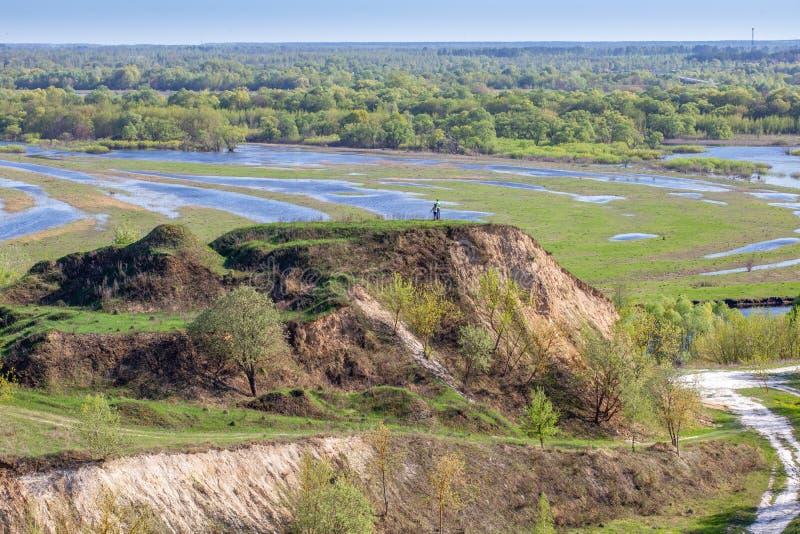 在Desna河的空中风景全景视图有被充斥的草甸和领域的 从高银行的看法每年春天的 免版税库存图片