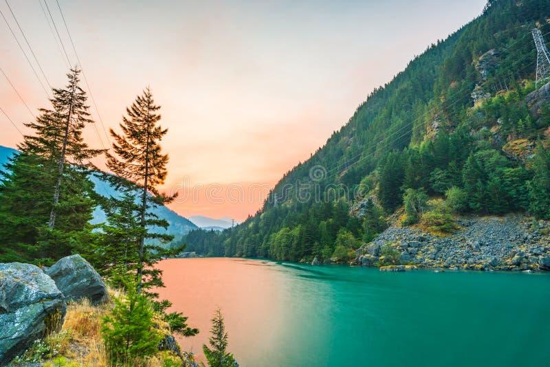 在Diablo湖的场面,当日出在清早在北部小瀑布国家公园, Wa,美国 库存照片