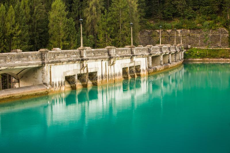 在diga di圣诞老人caterina水水坝的看法用天蓝色的清楚的水 库存图片