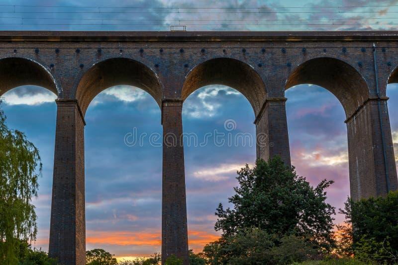 在Digswell高架桥的日落在英国 免版税库存照片