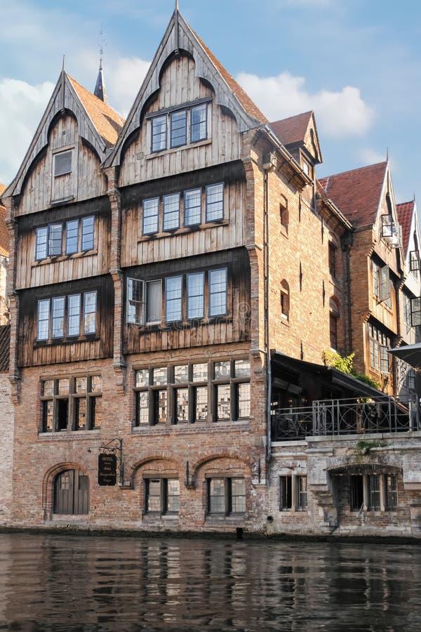 在Dijver运河的中世纪大厦 布鲁日 比利时 图库摄影