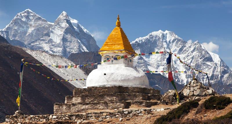 在Dingboche村庄附近的Stupa有祷告旗子的 免版税图库摄影