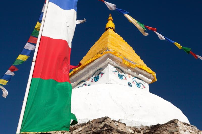 在Dingboche村庄附近的Stupa有祷告旗子的 库存照片