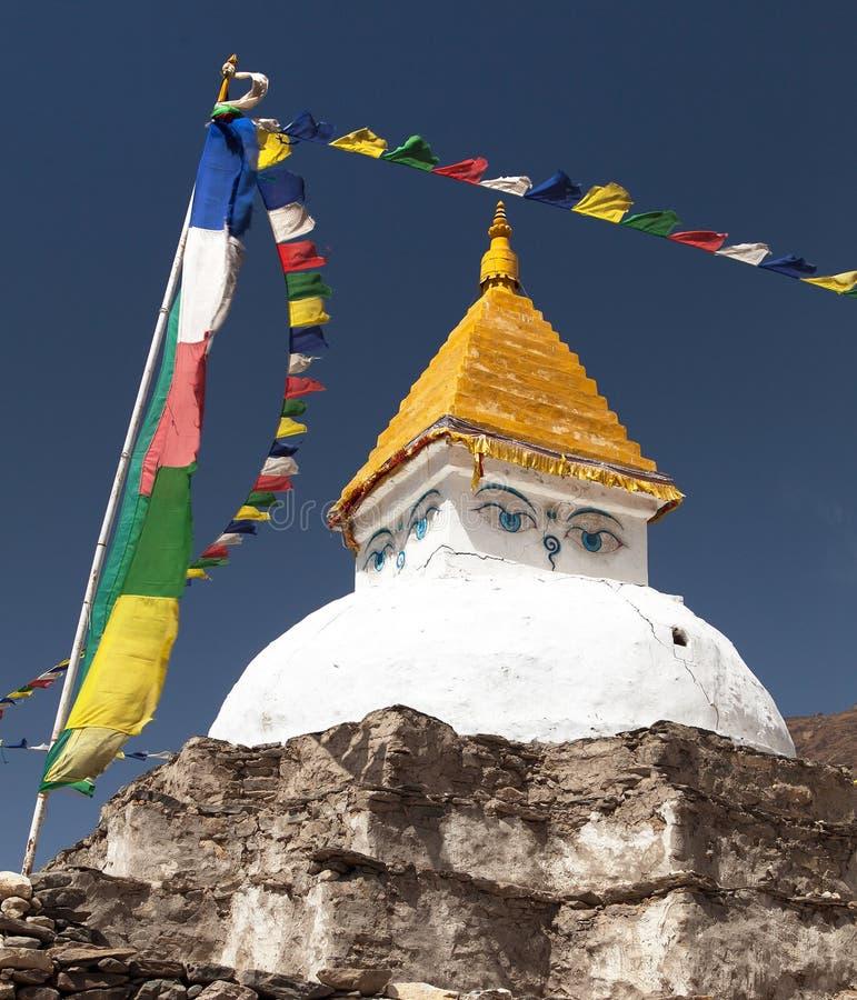 在Dingboche村庄附近的Stupa有祷告旗子的 图库摄影