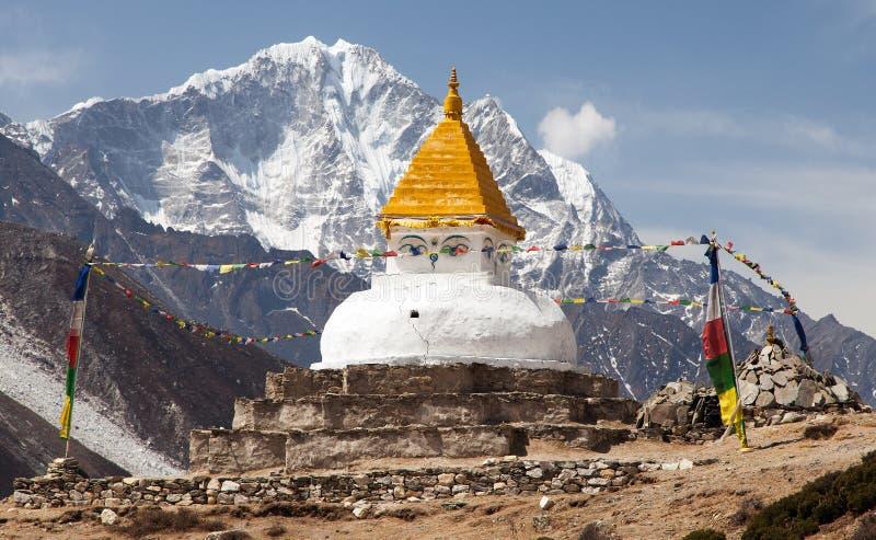 在Dingboche村庄附近的Stupa有祷告旗子的 免版税库存图片