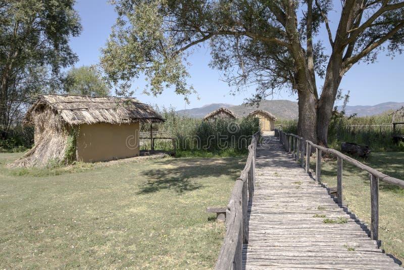 在Dispilio附近村庄的湖岸新石器时代的解决  库存照片