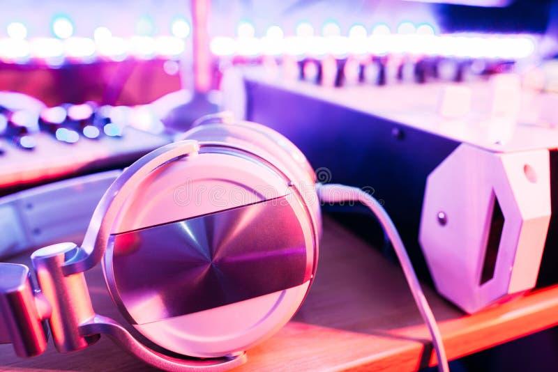 在dj的桌面上的耳机听的音乐的 免版税库存照片