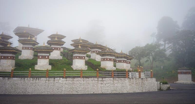 在Dochula,不丹的纪念chortens stupas 库存照片