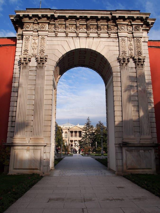 在Dolmabahce宫殿的曲拱下在伊斯坦布尔 库存照片