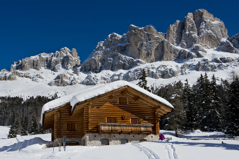 在Dolomiti的瑞士山中的牧人小屋 免版税库存图片