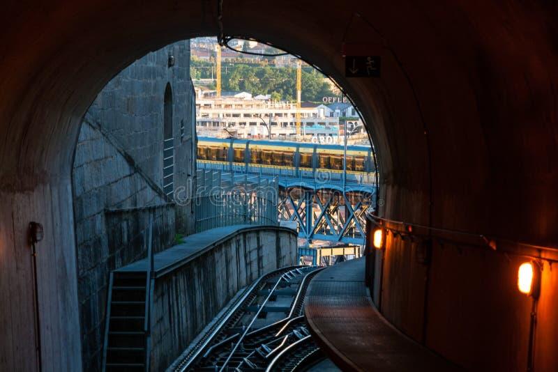 在Dom雷斯桥梁附近的悬索铁路隧道在波尔图 库存图片