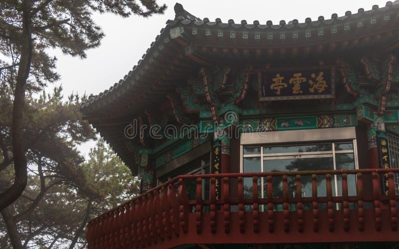 在Dongbaek公园里面的主要韩国亭子 海云台区,釜山,韩国 ?? 免版税库存照片