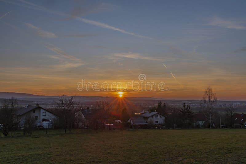 在Doubravice村庄的日落有绿色领域的在春天晚上 库存照片