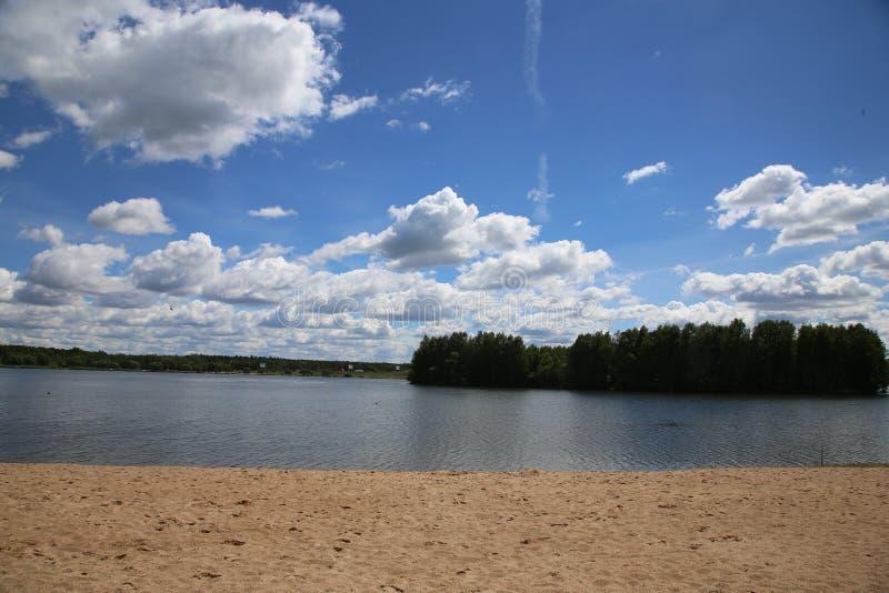 在Drozdy水库的海滩的一个晴朗的晴天,米斯克 免版税库存图片