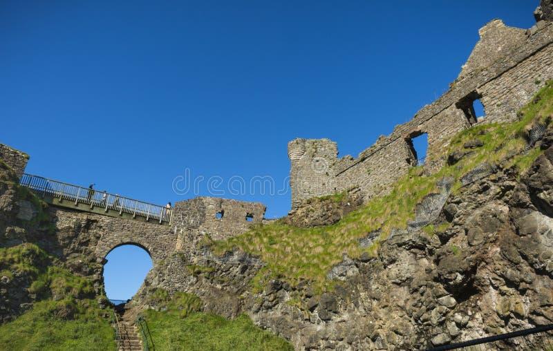 在Dunluce城堡的一个晴朗的下午 库存照片