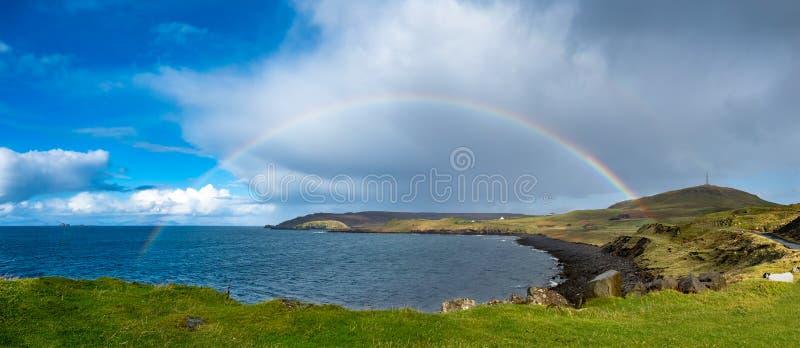 在Duntulm海湾上的彩虹和在斯凯-苏格兰的小岛的城堡废墟 免版税库存照片
