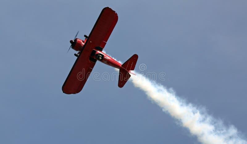 在EAA AirVenture Airshow的红色双翼飞机 库存照片