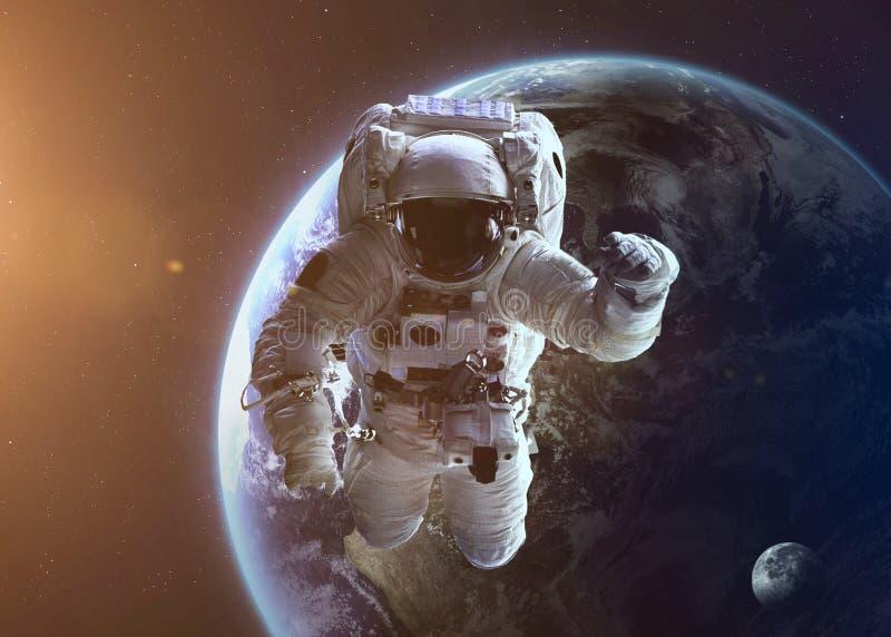 在Earth's轨道的宇航员探索的空间 库存图片