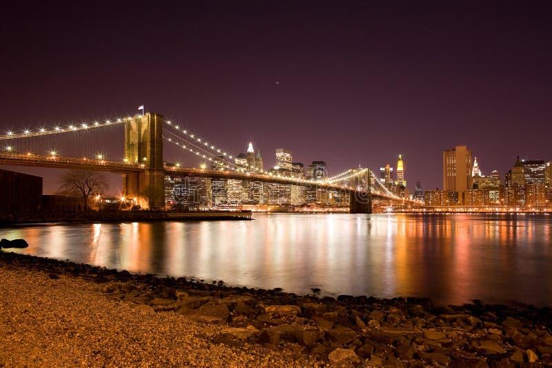 在East河和街市地平线,曼哈顿,纽约的布鲁克林大桥 库存照片