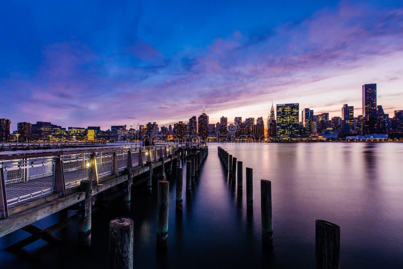 在East河曼哈顿中城地平线,纽约美国的日落 免版税库存照片