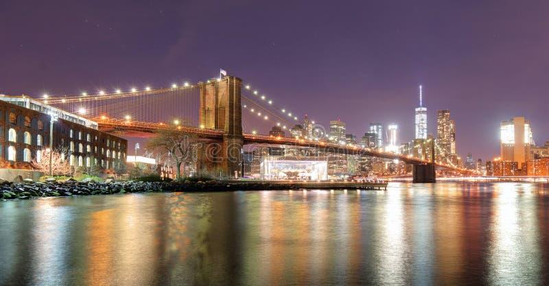 在East河的布鲁克林大桥在晚上在纽约Manhat 免版税库存图片