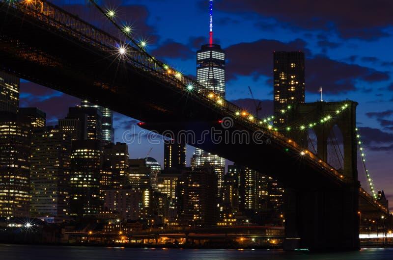 在East河的布鲁克林大桥在晚上 库存图片