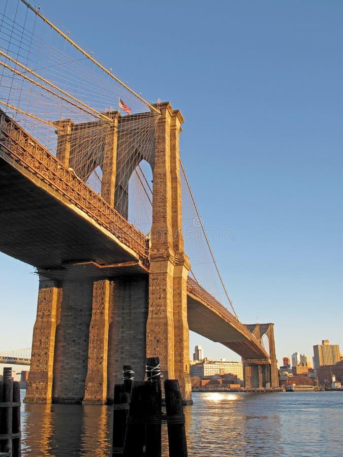 在East河的布鲁克林大桥有纽约更低的曼哈顿,美国看法  免版税图库摄影