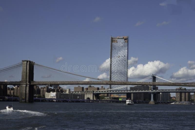 在East河的曼哈顿和布鲁克林大桥 免版税库存照片
