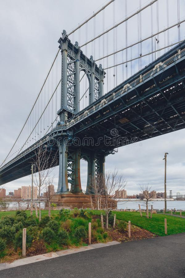 在East河的曼哈顿桥梁从布鲁克林观看了,用曼哈顿地平线,在纽约,美国 库存照片