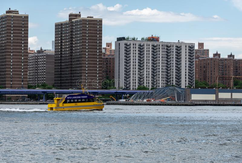 在East河的NYU Langone轮渡在纽约 图库摄影