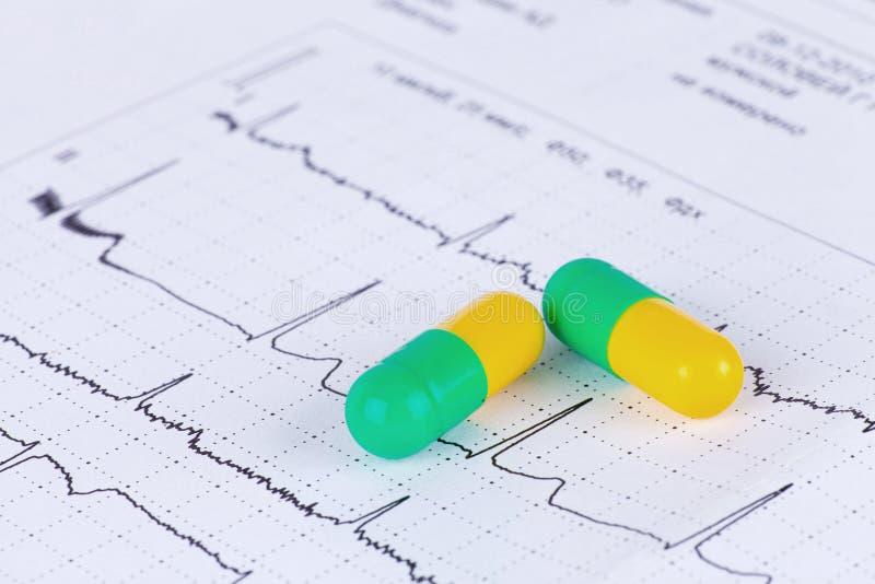 在ECG绘制的药片 免版税图库摄影
