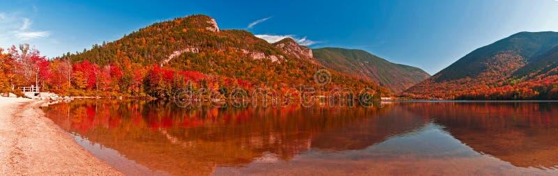 在Echo湖,新罕布什尔的秋天颜色 图库摄影