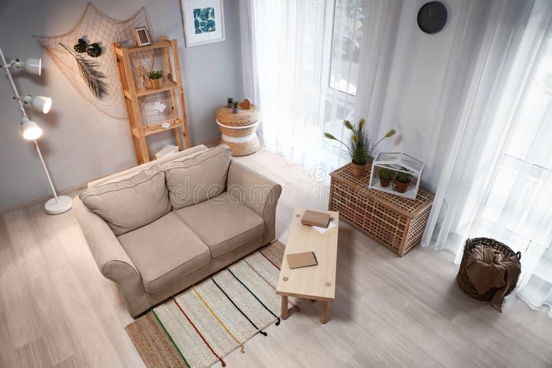 在eco样式的客厅内部与舒适的沙发和绿色植物 库存图片