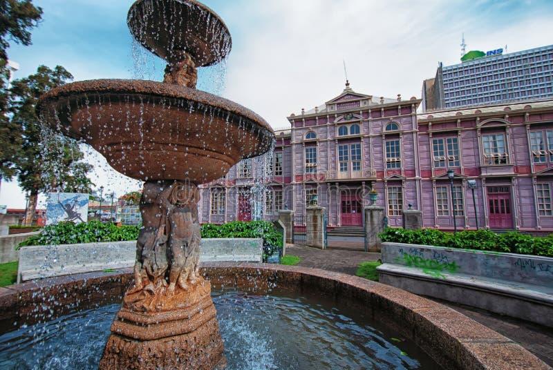 在Edificio Metallico学校布埃纳文图拉惊叹前面的喷泉 库存图片