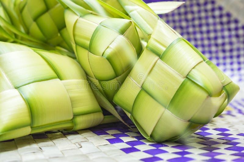 在eid穆巴拉克期间, Ketupat或米饺子是马来西亚最偶象的纤巧盘 免版税库存图片