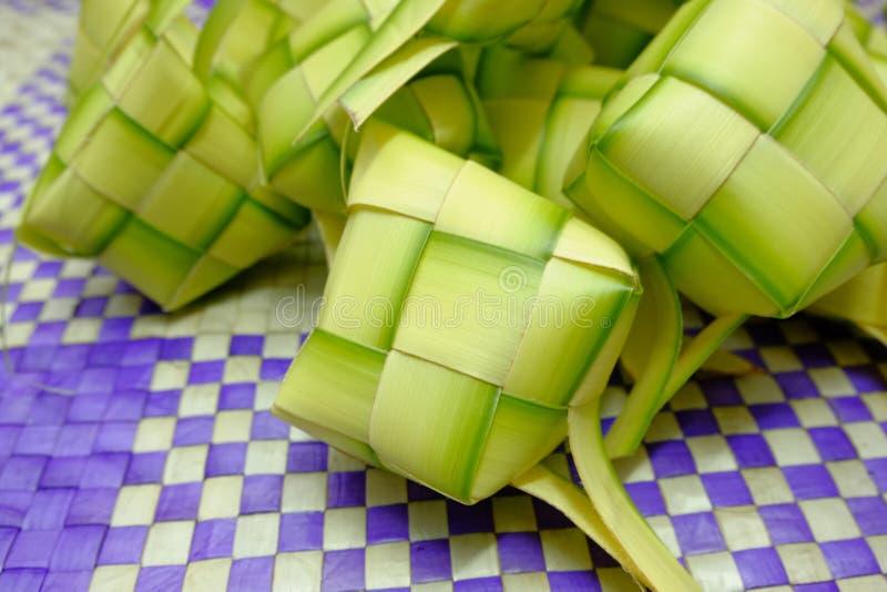 在eid穆巴拉克期间, Ketupat或米饺子是马来西亚最偶象的纤巧盘 库存图片