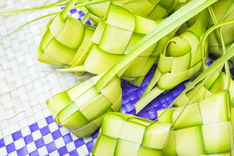 在eid穆巴拉克期间, Ketupat或米饺子是马来西亚最偶象的纤巧盘 库存照片