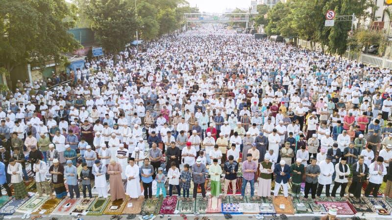 在Eid Al Fitr祷告期间的亚裔穆斯林 免版税图库摄影