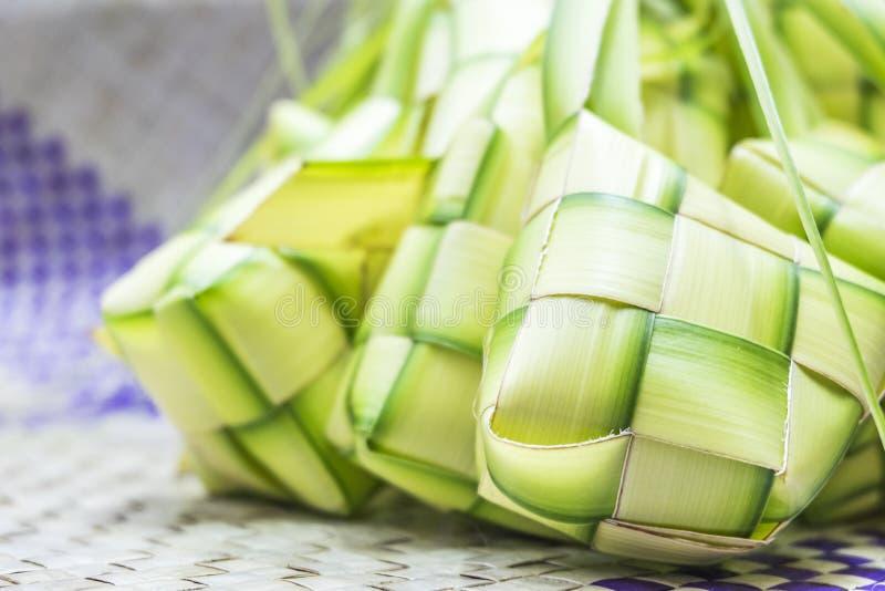 在eid mubara期间, Ketupat或米饺子是马来西亚最偶象的纤巧盘 免版税库存照片