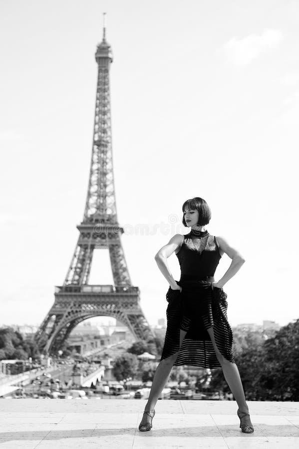 在eifel塔前面的女孩性感的舞蹈家在巴黎,法国 舞蹈姿势的beatuiful妇女象eifel塔 浪漫 免版税库存照片