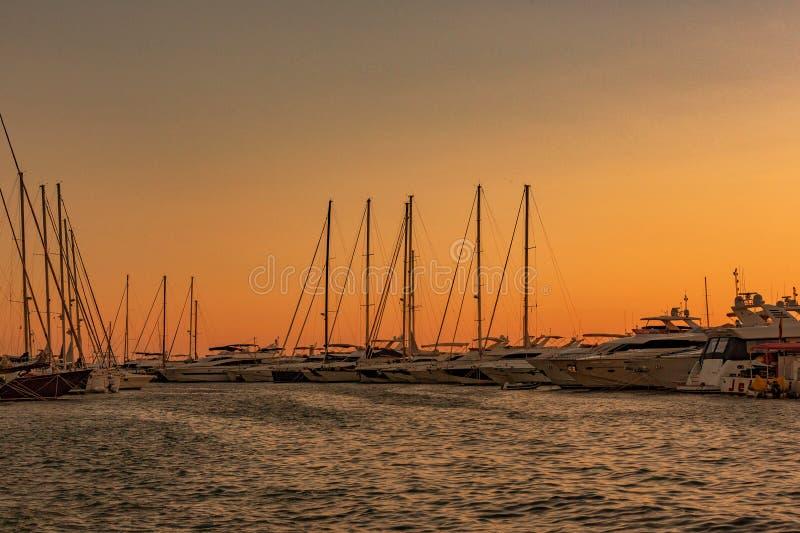 在El'阿雷纳尔海湾的游艇相接 库存图片