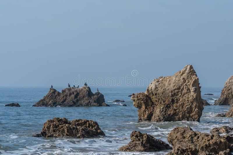 在El斗牛士国家海滩的飞过的狮子自然岩层在马利布,加利福尼亚 免版税库存照片