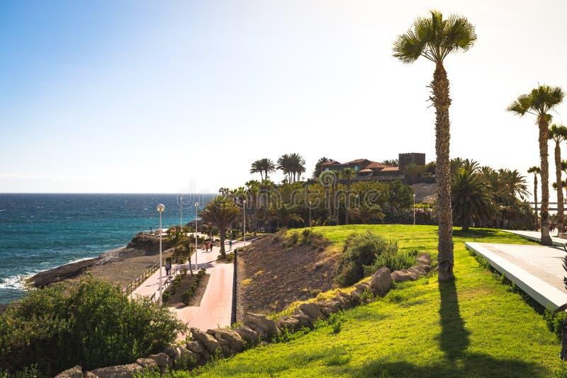 在El杜克城堡,特内里费岛附近的海滨散步 免版税库存图片