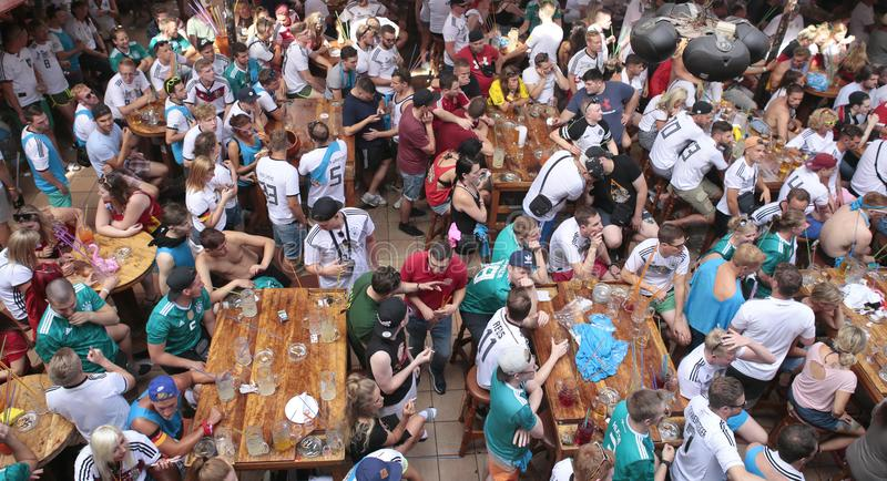 在El阿雷纳尔马略卡观看的世界足球比赛的德国旅游业在巨型屏幕上在他们的假日期间宽 库存图片