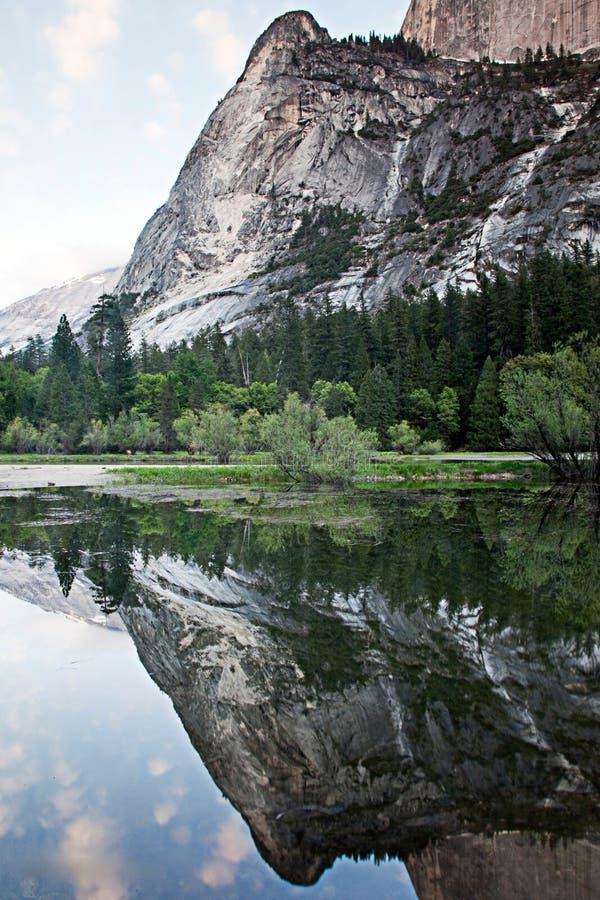 在El Capitan的反射在优胜美地国立公园 免版税库存照片